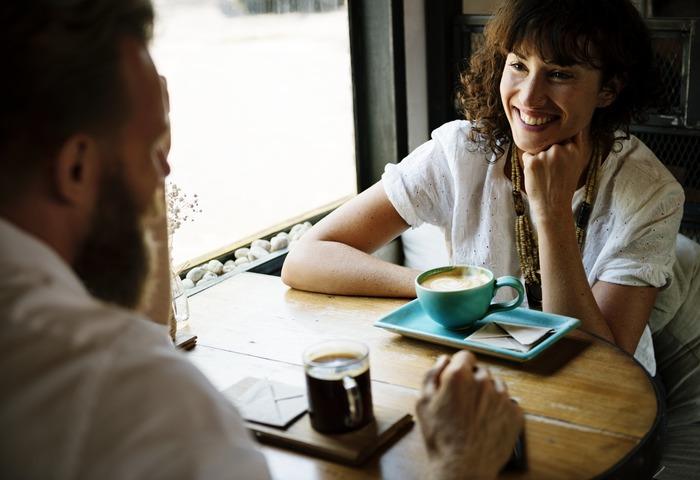 愛嬌=チャーミング・親しみやすさ。その真逆にあるのが、不愛想・ぶっきらぼう・素気なさ。リアクションが薄かったり、返事がなかったりすると、印象が悪いですよね。相手の立場に立って耳を傾け、明るく対応するという姿勢も大切です。