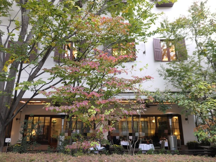 「ウエスト青山ガーデン(WEST AOYAMA GARDEN)」は、表参道駅のA5出口から徒歩約17分のところにあるお店です。乃木坂駅の5番出口からは徒歩約3分で行けますよ。昭和22年創業の銀座の名店「ウエスト」のフラッグシップカフェで、2008年に新装オープンしました。緑に囲まれたテラス席もある穴場カフェです♪