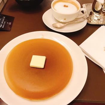パンケーキは、こちらの「青山ガーデン」と「ベイカフェ ヨコハマ」のみの限定メニューです。こんがりキツネ色に焼き上がった大きめのパンケーキに、たっぷりのバターとメープルシロップをかけて食べるオーソドックスなスタイル。1枚or2枚か選べて、ドリンク付きで注文できます。