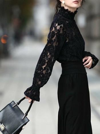 たとえオールブラックのコーデでも決してマンネリ化して見えないのがエフォートレスシックスタイルの魅力。 ウエストマークでメリハリをつけてちょっとセンシュアルに着こなしたり、メンズライクなアイテムと合わせて大人カジュアルに引き算してみたり、どんなニュアンスも表現できるブラックはちょっと抜け感を意識するだけで「自分らしさ」だってクラスアップしてくれる万能カラーなのです。素材感やフォルム、奥行きを意識してより自分らしいコーデを作っていきましょう♪