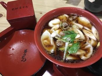 名物の「耳うどん」は、関東風のお出汁に柚子としいたけの香りが合わさった上品なお味。耳うどんは、店主が一からお店で作っていて、時間によってはうどんを作っている様子を見ることもできますよ。