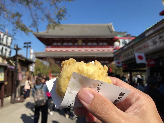 揚げまんじゅうで有名な「浅草九重」さんは、寒い時期の浅草食べ歩きなら外せないお店です。 浅草寺の本堂側と好立地にあるので、いつもお客さんがたくさん♪歩きながら食べてはいけない仲見世通りにおいて、遠目に浅草寺を眺めながら頂けるのは嬉しいですね。