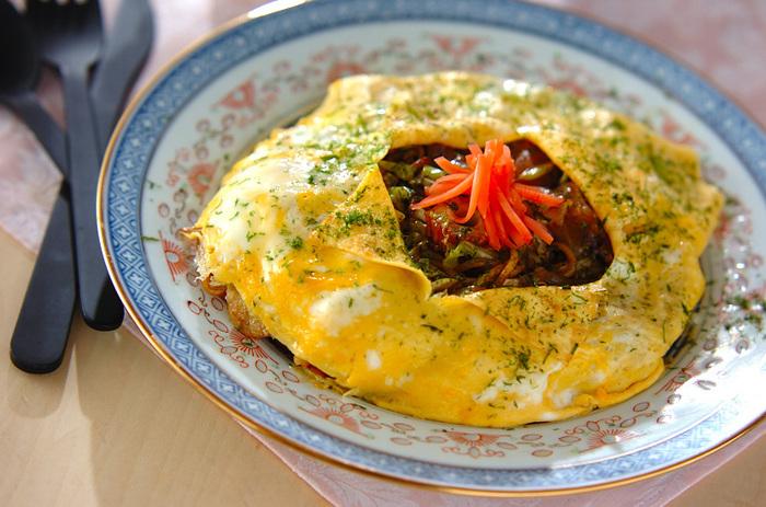 たっぷりのキャベツが入った焼きそばを薄焼き卵で包んだ、大満足な焼きそば。 一皿で二度おいしい、そんな感覚が嬉しいですね!お好みで、卵の焼き加減を半熟にしても美味!
