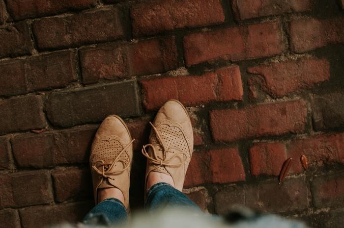 履けば履くほどに馴染んでいく革靴は、唯一無二の存在。履き始めたら、いつまでも一緒に…まるで親友のような存在ですよね。靴下ともタイツとも相性がよいですし、フェミニンな印象にもマニッシュな印象にもナチュラルな印象にも相性抜群なので、ぜひ今年の冬ファッションのおともにいかがですか?今回は、ブランドごとに素敵な革靴をご紹介したいと思います。