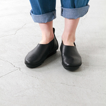 履きやすさ、履き心地ともに抜群なスリッポンシューズ。レトロなようでエレガンスな不変的なデザインが魅力です。ふにゃっと柔らかいレザーが足に馴染み、優しい履き心地。永く使いたくなる1足です。