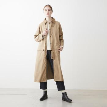 ひざを覆う程度の丈感のコートは、密度の高いコットン生地を使用。しなやかで光沢感のある風合いが素敵な一着です。内側にはウールライナーがあり、秋から真冬、そして春と長く着用できます。