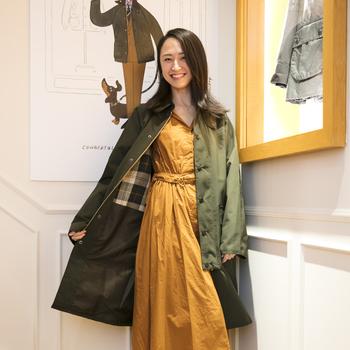 オリーブも『Barbour(バブアー)』では人気の定番色。ロングワンピースに合わせてエレガントな装いです。