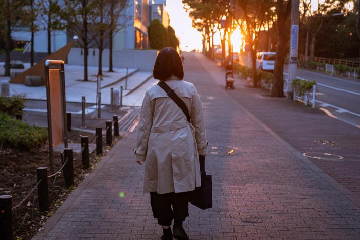 あなたは仕事帰り、街灯があることを「当たり前」のように思っていませんか。普段は「当たり前」のように思っている街灯も、真っ暗な夜にはなくてはならない存在。 それは街灯だけでなく、人もそう。普段は「当たり前」だと思っているものでも、それはかけがえのない大切なものだったりもするのです。夜の街灯はそのようなことに気づかせてくれる温かい存在です。