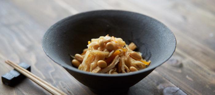 切り干し大根と大豆の煮物です。 昔ながらの、やさしい落ち着く味。 切り干し大根に大豆を加えることで、栄養も食べ応えもアップです。  冷凍もできますので、小分けに冷凍保存してお弁当に入れるのもおすすめです。