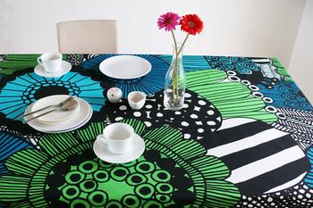 マリメッコ等のファブリックでもお馴染みのフィンランド生まれのテキスタイルはテーブルクロスに。お部屋の雰囲気を手軽に替えられるので、お気に入りの布をいくつかストックしておくのもオススメです。