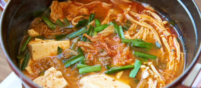 心もからだもぽっかぽか。寒い日にぴったりの簡単キムチ鍋のレシピです。 白菜、ニラ、えのきなど具材は火が通りやすいものばかりなので、急いでる日にもぴったり。 すぐに出来上がるのが嬉しいです。鍋の素を使わなくても美味しくできますよ。