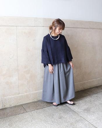スカートのように見えるフレアワイドパンツは、ネイビーのゆったりトップスと合わせてラフに仕上げて。上下ゆるアイテムの組み合わせはバランス感が難しいですが、トップスがショート丈のものを選ぶとスッキリ着こなせます。