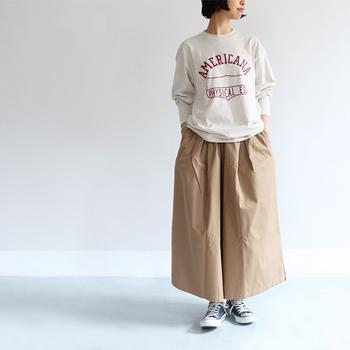 カジュアルに着こなせるベージュのワイドパンツは、スウェットとスニーカーでラフな着こなしに。反対にパンプスとタイツを合わせれば、グッと女性らしい印象に仕上がります。