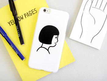 白地にシンプルなイラストが描かれたこちらのiPhoneケースは、シュールで個性的な印象のアイテム。デザインしたのはイラストレーターのNoritakeさん。シンプルなのに存在感たっぷりなアイコンを作り続けています。