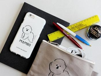 """イラストレーターの塩川いづみさんが描いた""""ビション・フリーゼ""""という犬がモチーフのiPhoneケースです。白ベースにシンプルな黒線のイラストは、目に入る度に疲れた心を癒してくれそう。"""
