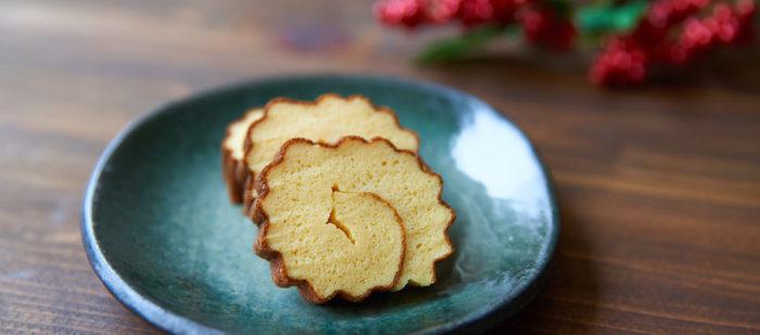 フライパンで手軽に作れる伊達巻の作り方です。 はんぺんを使って材料も5つのみ。  伊達巻は巻く作業など少し難しい部分があるため、こちらは奥さん担当のレシピです。