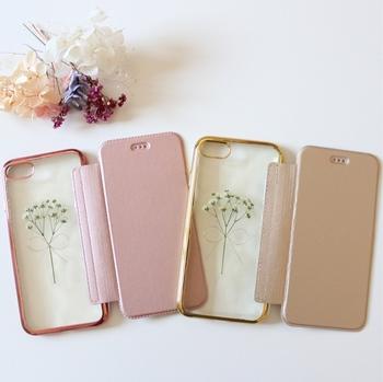 かすみ草を小さなブーケにして閉じ込めた、可憐なデザインのiPhoneケースです。ピンクとゴールドの2カラーから選べる手帳型で、お手持ちのiPhoneのカラーに合わせて選べば。とっても素敵な印象に仕上がります。
