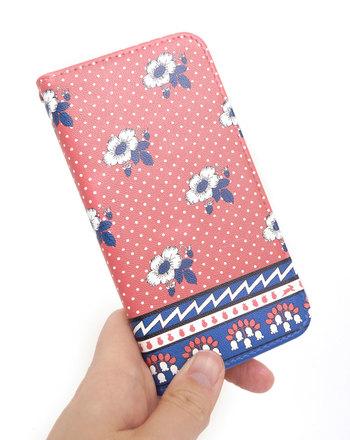 ちょっぴり民族テイストなデザインのiPhoneケースは、カラフルさとレトロさを併せ持つアイテム。カラフルだけど派手過ぎないデザインなので、大人が持ってもおしゃれ。