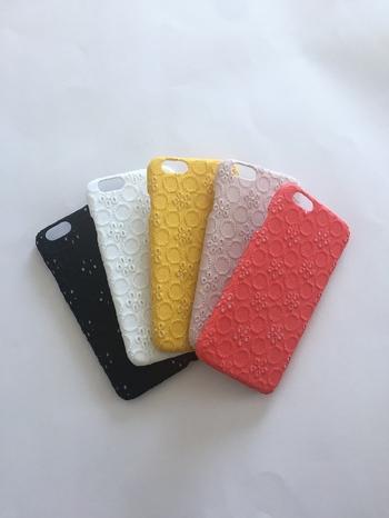 レースを張り付けたハンドメイドのiPhoneケースです。レース特有のさらりとした肌触りが楽しめるうえに、持った時に滑りにくい効果も◎ 5色展開で、お好きなカラーを選ぶことができますよ。