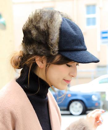 キャップとフライトキャップを掛け合わせたようなデザインの帽子は、フロントが黒なのでとってもシック。そのため、ノーカラーのコートなど綺麗めなコーデにもぴったりハマりますよ。