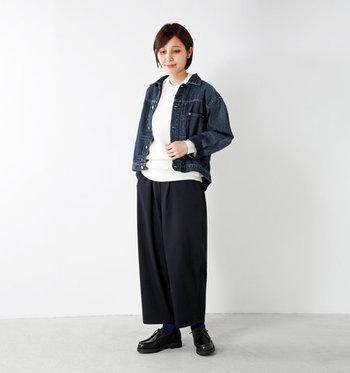 スウェット感覚でラフに履けるネイビーのワイドパンツは、白トップスと合わせて爽やかに。濃いめのデニムジャケットを羽織って、きちんと感のあるカジュアルスタイルに仕上げています。