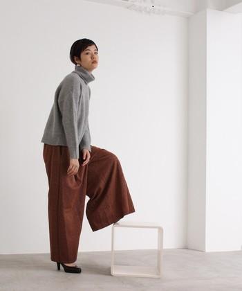 ボルドーカラーのワイドパンツは、履くだけでカジュアルに女性らしいエッセンスをプラスできる一枚です。グレーのタートルネックニットを合わせて、インパクトのあるカラーをシックに着こなしています。