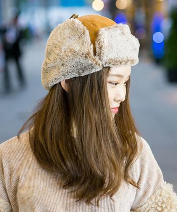 キャメルカラーが可愛いフェイクスエードのフライトキャップ。内側のファーは肌触りの良いベージュカラー。柔らかい印象のフライトキャップの場合、髪の毛はダウンスタイルで被ると女性らしさが際立ちますよ♪そして、フライトキャップはしっかり頭の形に沿わせながら被りましょう!浅すぎても深すぎてもしっくりきませんのでご注意を。