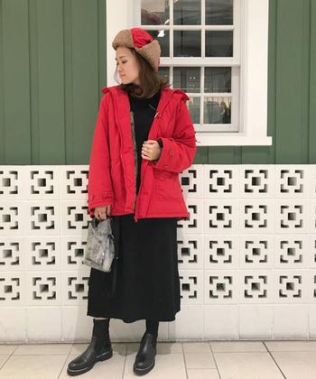 赤地のフライトキャップは、コーデのアクセントカラーにぴったり。あえてアウターも赤にそろえて、帽子だけ浮かないようにしましょう。他は黒で統一すれば、ひとつ大人のカジュアルコーデに大変身♪
