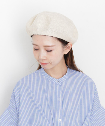白いベレー帽は、その清潔感やナチュラルさを存分に発揮させるためにストライプシャツを合わせることをおすすめします。ヘアスタイルも前髪を帽子の中に入れて、耳も出して、すっきり明るいコーデに。