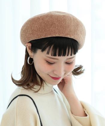 ふわっとしたモール素材のベレー帽は、明るいベージュが大人可愛い印象。シンプルなシルバーのピアス+モノトーンファッションで可愛くなりすぎを防止。ベレー帽も気持ち浅めに被る方がお洒落に見えます。左右どちらかに少し傾けるのもこなれ感がアップしておすすめ◎。