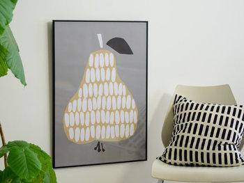 DARLING CLEMENTINE(ダーリン・クレメンタイン)のアートポスター。まるで貼り絵のような洋梨のデザインは、お部屋に自然と馴染むシンプルな一枚です。