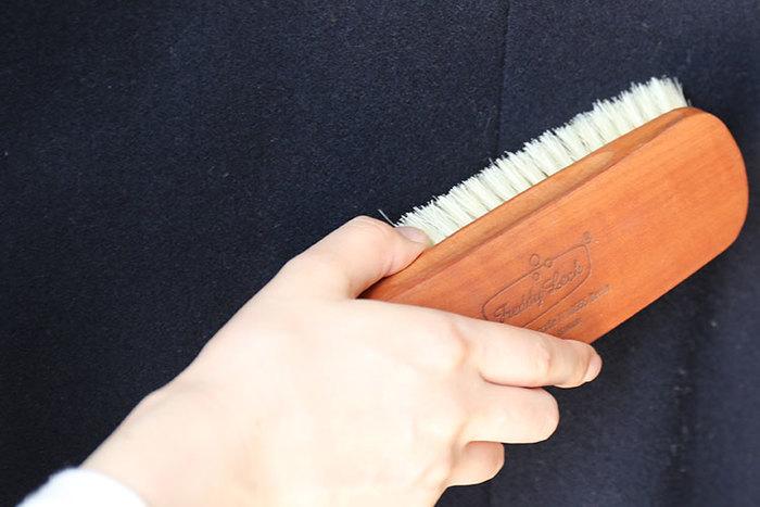 素材によっては難しいものもありますが、専用のブラシでこまめにブラッシングすることをおすすめします。毛並みが整うだけでなく、ほこりや糸くずも取れるので、キレイな状態が長持ちしますよ。ニット素材の毛玉は、コロコロ(粘着テープ)で毛玉を浮き上がらせてから、ハサミでカットするようにしましょう。手で取ってしまうと、帽子が傷んでしまうだけでなく、毛羽立ちが増えてさらなる毛玉発生の原因にもなってしまうので要注意です。