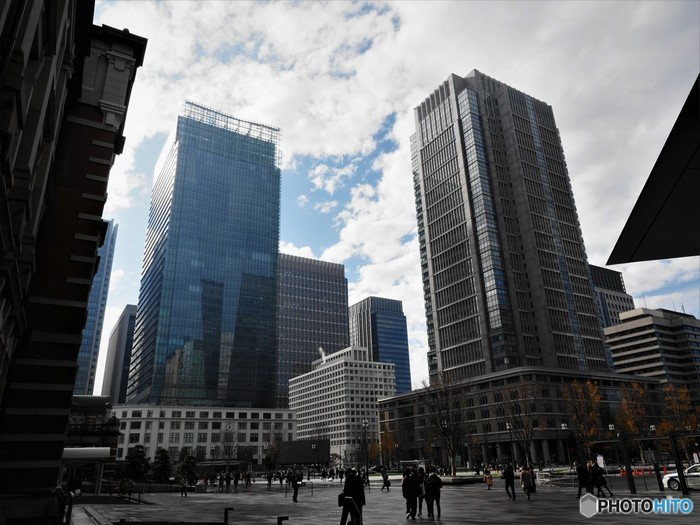 丸の内駅舎から外に出たときに、左右対象のようにそびえたつ超高層ビルの、左が丸ビル、右が新丸ビルと呼ばれています。どちらもオフィス施設と商業施設が一体化した、複合施設であり、連日オフィスワーカーや観光客で賑わっています。 写真は向かって右が丸ビル、左はKITTEです。