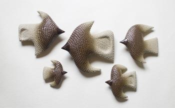 BIRD'SWORDSの鳥のオーナメント。泥状の粘土で模様を施す「いっちん」という技法を使い、手作業で作られています。ひとつひとつ表情が違い、右左どちらの向きにも対応◎。 真っ白な壁を、一羽の鳥が素敵な空間に変えてくれます。