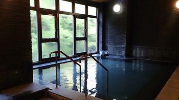 白みがかったとろみのある泉質の温泉は、温泉通もうならせる美肌の湯です。自然の中でほっこりと温まることができ、滞在中、何度もつい入りたくなってしまう温泉なんですよ。
