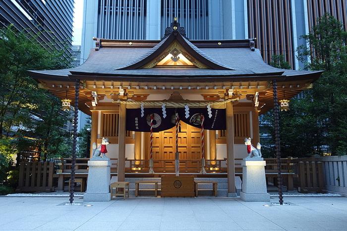 再開発が進む日本橋において、千年以上前から鎮座している福徳神社が、地上に復活しました。はるか昔からこの地を守り、人々から慕われてきた神社が今もなお、日本橋のランドマークとして憩いの場となっています。