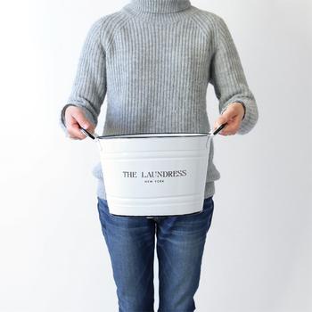 手洗いの場合は、まず洗い桶に水をためて、そこにおしゃれ着用洗剤(中性洗剤)を規定量入れて溶かし、洗濯液を作ります。その際、先ほどの洗濯表示にある水温を守ること!誤って規定以上の温度の水につけると縮みや素材の劣化の原因になりますので、気を付けましょう。洗濯液にセーターを入れて洗う時は、やさしく「押し洗い」が鉄則です。水を入れ替えてすすぐときも同様で、決してこすったりもんだりしないように気をつけましょう。