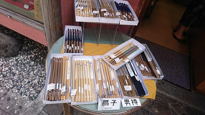 創業は100年以上前。日本画、水墨画などの画材の専門店です。かわいい和小物なども販売しています。体験教室も開催しており、切り絵のワークショップなども行っています。