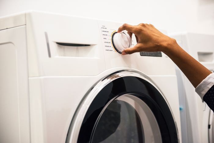 素材を傷めてしまいやすいため、セーターを頻繁に洗濯するのは避けたいところ。どうしても必要な場合は、まず洗濯表示を確認しましょう。洗い桶のマーク(手のイラストが入っていない)があれば、洗濯機のドライコースでも対応可能です。また、洗濯表示には、桶の中に数字が書いてあることがあります。これは水温のことで、たとえば、「30」とあれば、30℃以下で洗濯できるということ。また、桶の下に線が引いてある場合は、洗濯機でも、より弱い処理でしか洗濯できないということです。ご家庭の洗濯機の仕様を確認し、場合によっては手洗いするなどして対応しましょう。