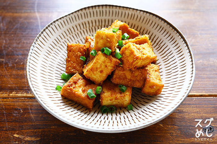 お肉が入っていなくてもボリュームたっぷりでお腹も心も満足する厚揚げレシピ。ごまだれのおかげでごはんもどんどん進みそう!汁気が少ないので、お弁当に入れてもべちゃべちゃになりにくいのもうれしいポイントです。
