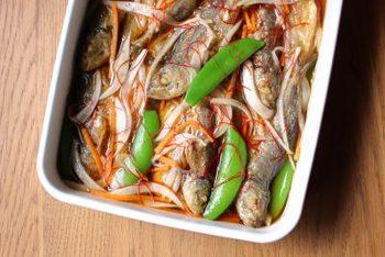 お魚を丸ごと食べると、カルシウムなどの栄養素もたっぷり摂れますね。お酢は疲労回復に効果があるとされ、体に嬉しいことがいっぱい!少し多めに作って置けば翌日もより味が染みこんでさらに美味しく頂けます。