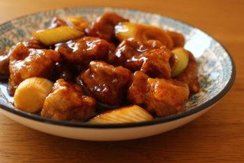 中華料理の定番ともいえる酢豚ですが、こちらはバルサミコ酢を使った黒酢豚。普通のお酢を使うよりもまろやかに仕上がります。揚げてタレをからめて・・と若干手順は多くなりますが、お休みの日など時間があるときに、キッチンに立って丁寧に料理する良い機会になるのでおすすめです。