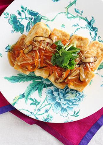豆腐×きのこのヘルシーだけど食べ応えたっぷりの嬉しい豆腐ステーキ。お好みの野菜ときのこをたっぷりいれて、沢山作りたいですね。
