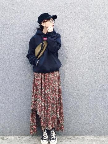 ランダムな長さの裾が目を引く花柄スカート。カジュアルなアイテムと合わせることで、品がありながらもエッジのきいたカジュアルスタイルを楽しむことができます。