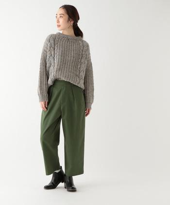 ベーシックなグリーンカラーのワイドパンツに、グレーのケーブルニットをタックインしたスタイリング。足元は、ショートブーツを合わせてクールにまとめています。シンプルだからこそ品のある、クールなコーディネートに。