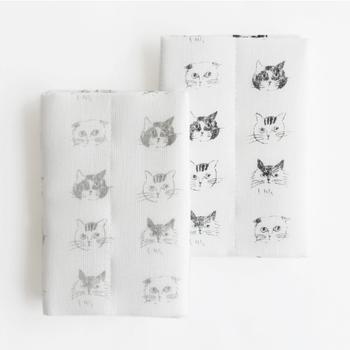 キュートな猫のイラストが並んだこちらのふきんは、イラストレーターの松尾ミユキさんがデザインしたもの。吸水性と速乾性に優れた蚊帳生地のふきんは、可愛いだけでなく実用性も抜群です。