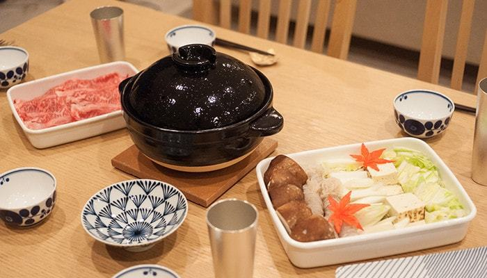 """""""お鍋""""は冬のホームパーティーの定番メニュー。ぐつぐつ煮えたお鍋を囲むと、心も体も芯から温まりますよね。上質な土鍋は保温性が高く、パーティーにおすすめのアイテムです。普段はご飯用にも使えるので、一つ持っておくと便利ですよ。"""