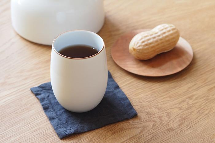 長崎県の波佐見という焼き物の街で作られている白山陶器の湯呑み。コロンとした白い湯呑みは、ロングセラーシリーズでもあり、シンプルで飽きのこないデザイン。食器棚にしまっていてもインテリアとして空間に馴染んでくれる存在です。ちょっとお茶が飲みたいというときに、あると助かります。