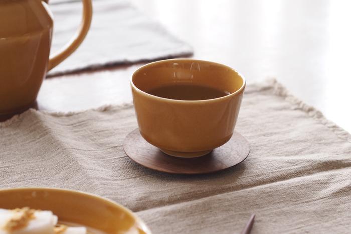 岐阜県瑞浪市で作られている美濃焼の「瑞々の器」の湯呑み。「毎日の食卓の主役である料理がみずみずしく映えるように」と、食卓の風景を思い描きながらデザインされています。こちらの湯呑みは「汲み出し」とよばれ、一般的な湯呑みより広口で浅め、小さめのものになります。お茶がより瑞々しく見えるとてもきれいな色味もポイントです。