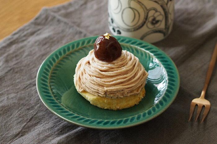 艶のあるトルコブルーのお皿は、兵庫県篠山市、丹波焼の窯元に生まれ育った市野耕さんが手がけました。和風でいて異国風という不思議な雰囲気のお皿。ケーキをちょこんとのせても素敵だし、マシュマロをこんもり盛ってもきっと素敵。お菓子にもピッタリですが、普段の食事にも彩りを添えてくれる万能皿です。